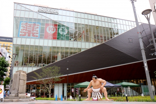 Sumo wrestler appears in DOTON PLAZA!